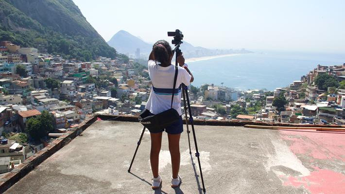 Adriana Fresquet estará en Chile para conversar con profesores y profesoras del país acerca de su experiencia llevando el cine a escuelas y comunidades en Brasil.